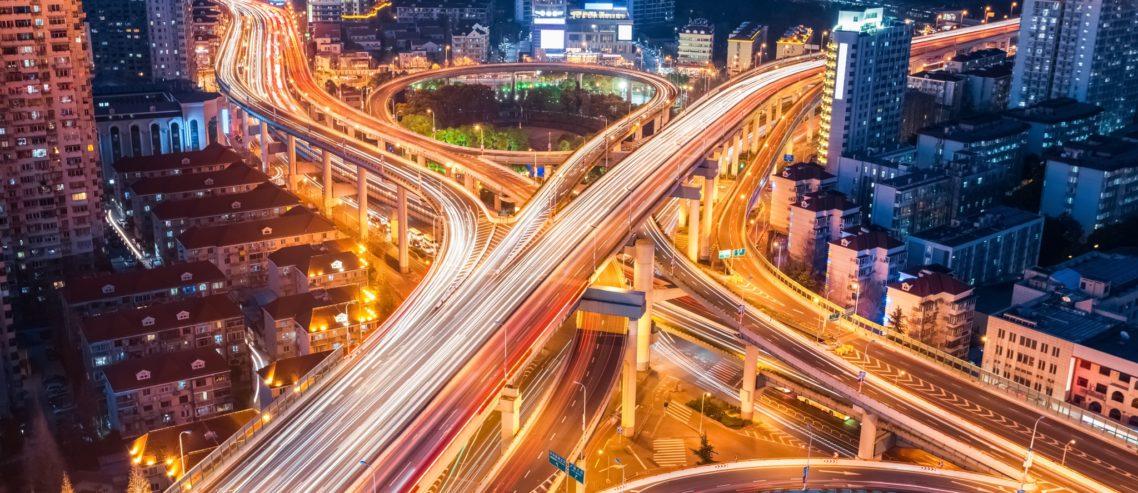 échangeur route ville nocturne